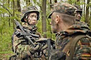 Der Gruppenfuehrer ueberprueft die Patronenkammer des Gewehres eines Rekruten.