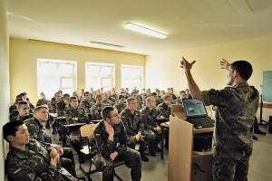 Rekruten beim Unterricht ueber Handfeuerwaffen.