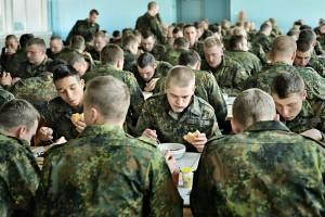 Soldaten beim Mittagessen in der Kantine.