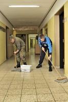Soldaten reinigen den Flur ihrer Kaserne.