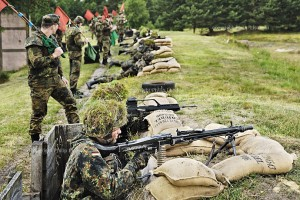 Rekruten bei einer Schiessuebung mit scharfer Munition.