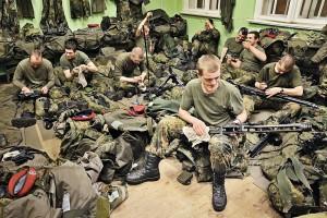 Soldaten reinigen ihre Waffen.