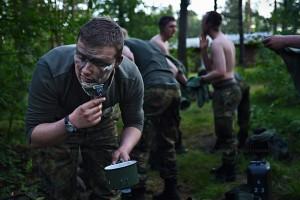 Ein Soldat bei seiner taeglichen Rasur im Biwak (Feldlager)