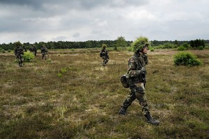 Soldaten auf dem Weg zur Schiessbahn.
