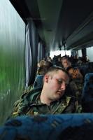 Soldaten schlafen auf der Busfahrt zur Schiessbahn.