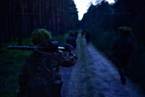Soldaten maschieren in die Nachtorientierung.